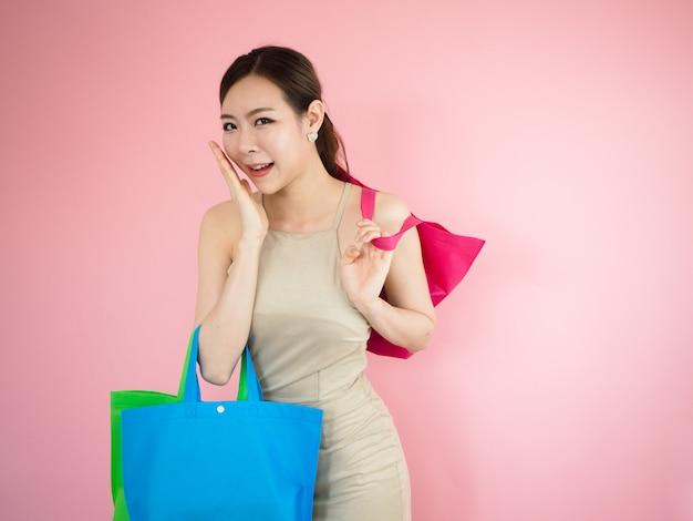 La bella donna è felice e divertente quando fa shopping, moda concetp