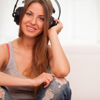 La bella donna gode della musica in cuffia