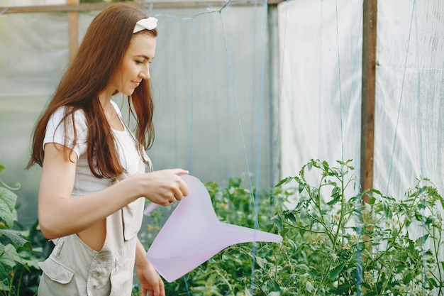 La bella donna lavora in un giardino