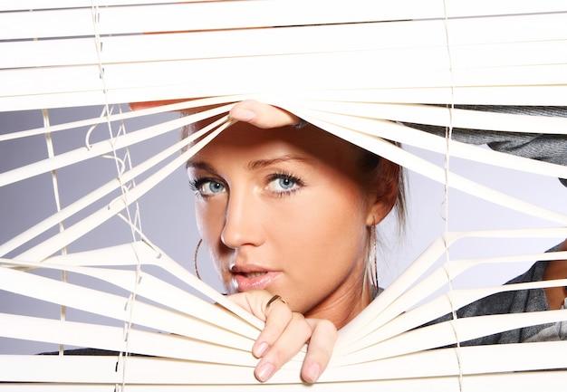 La bella donna osserva attraverso la gelosia