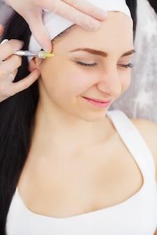 La bella donna ottiene iniezioni, cosmetologia