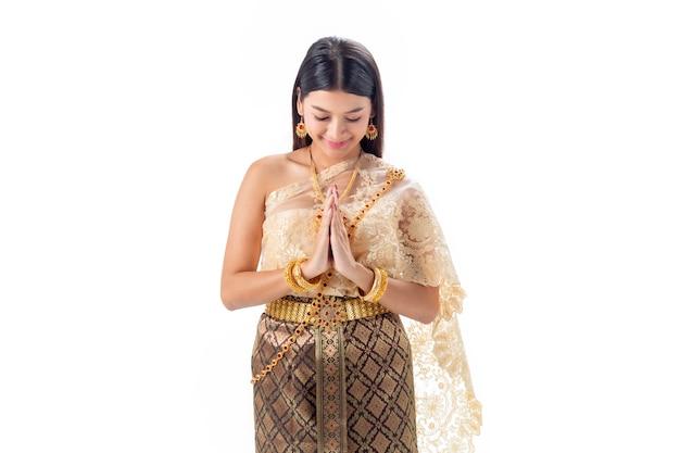 La bella donna paga il rispetto in costume tradizionale nazionale della tailandia. isotate