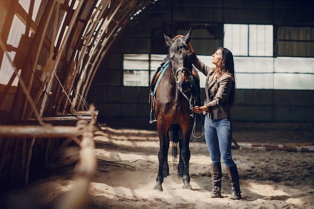 La bella donna passa il tempo con un cavallo