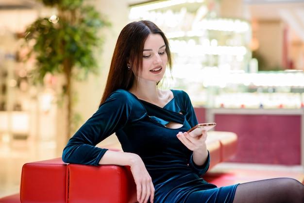 La bella donna sorridente comunica sul telefono.