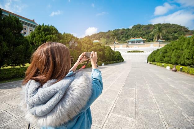 La bella donna turistica sta fotografando in un posto famoso taipei, taiwan