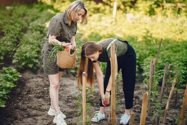 La bella famiglia lavora in un giardino vicino alla casa