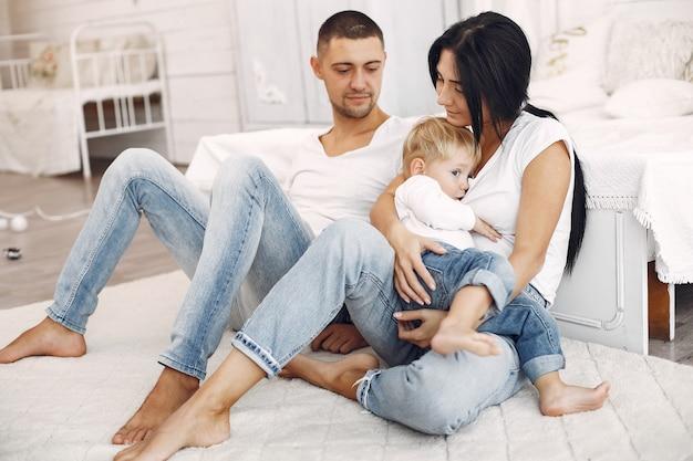 La bella famiglia trascorre del tempo in una camera da letto