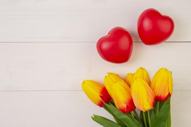 La bella forma del fiore e del cuore del tulipano su fondo di legno