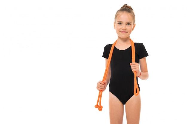 La bella ginnasta della ragazza in calzamaglia fa alcuni esercizi isolati su fondo bianco