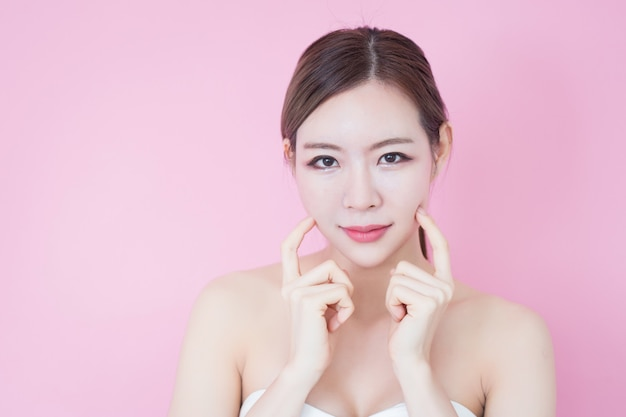 La bella giovane donna asiatica caucasica sorride con trucco naturale pulito della pelle fresca del fronte. cosmetologia, cura della pelle, pulizia della faccia