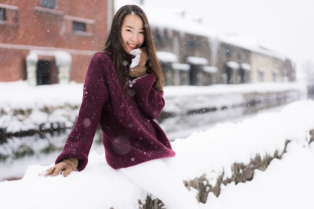La bella giovane donna asiatica sorride e soddisfatta del viaggio di viaggio nel canale hokkaido giappone di otaru