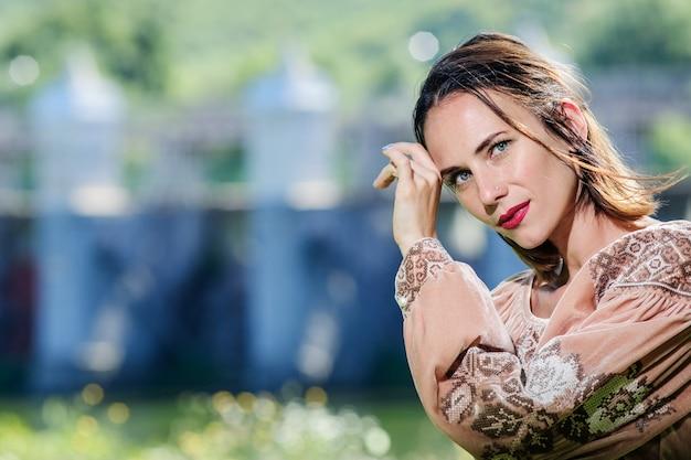 La bella giovane donna ucraina si è vestita al vestito etnico moderno tradizionale.