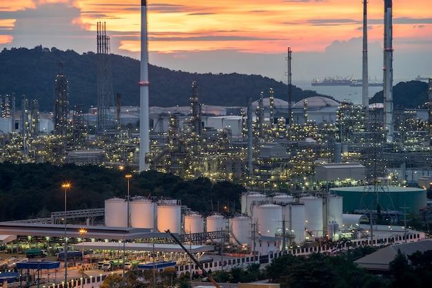 La bella pianta della fabbrica della raffineria di petrolio petrochimico del tramonto abbellisce la tailandia
