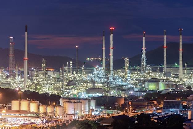 La bella pianta della fabbrica della raffineria di petrolio petrochimico del tramonto alla notte, abbellisce la tailandia