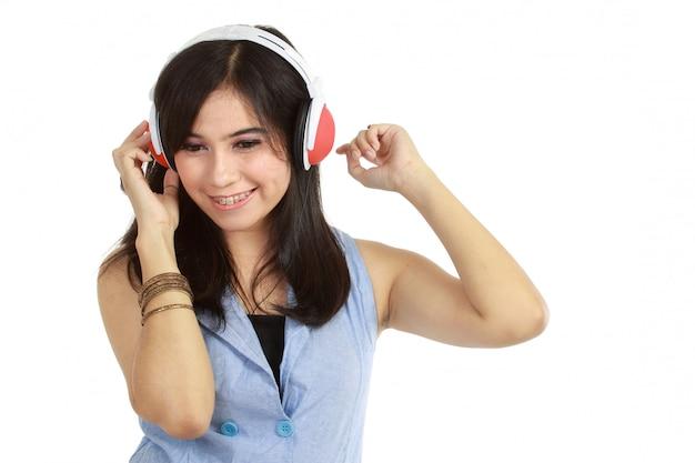 La bella ragazza ama ascoltare la musica