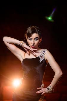 La bella ragazza balla sul palco