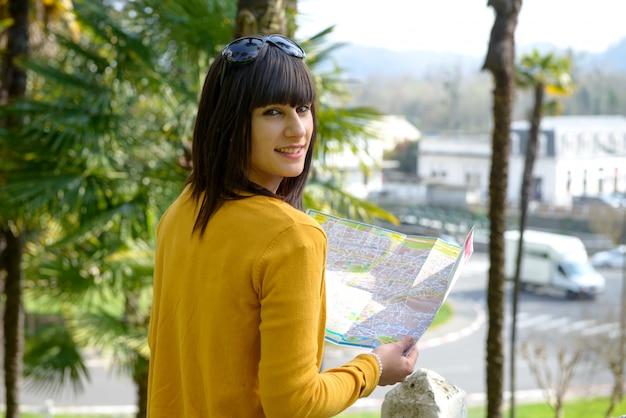 La bella ragazza castana visita una città francese, pau