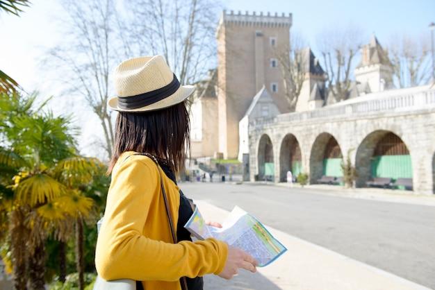 La bella ragazza castana visita una città francese