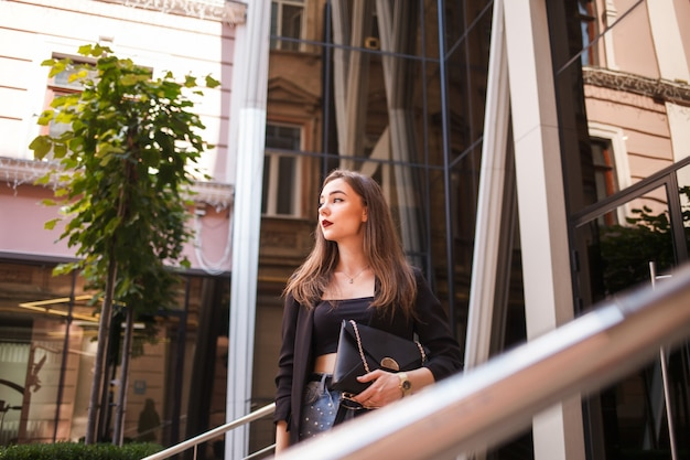 La bella ragazza con la borsa distoglie lo sguardo
