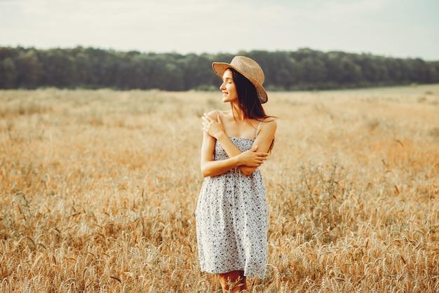 La bella ragazza ha un periodo di riposo in un campo