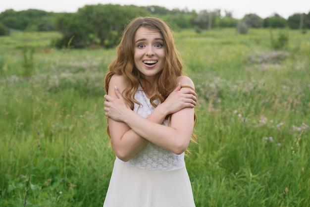 La bella ragazza mostra la gioia in natura