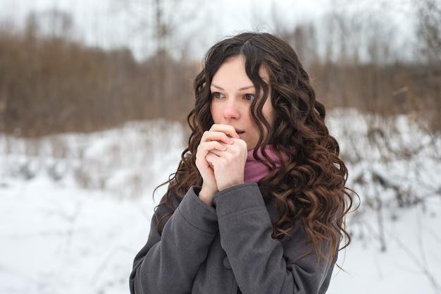 La bella ragazza si congela in inverno