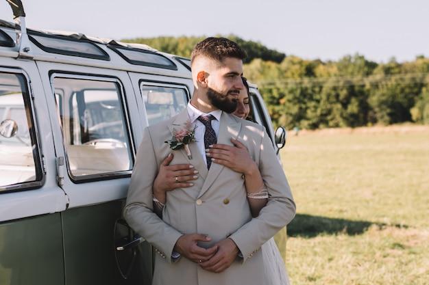 La bella sposa abbraccia il suo sposo bello