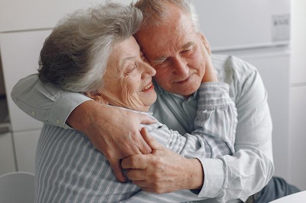 La bella vecchia coppia ha trascorso del tempo insieme a casa