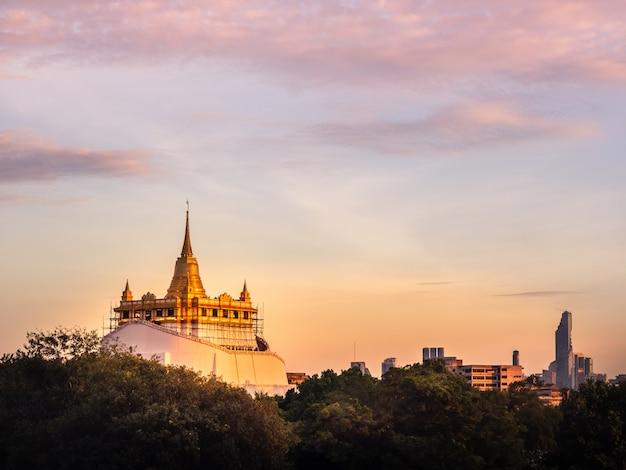 La bellezza del tramonto della sera. la pagoda o chedi phukhao thong [golden mount], thaila