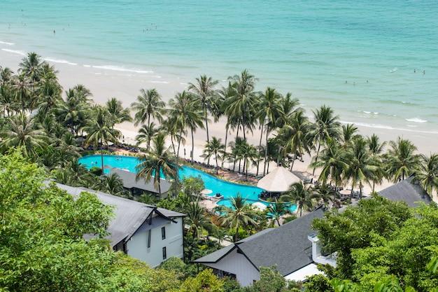 La bellezza di koh chang, nella provincia di trat in estate. i turisti vanno a rilassarsi a koh chang durante il festival estivo.
