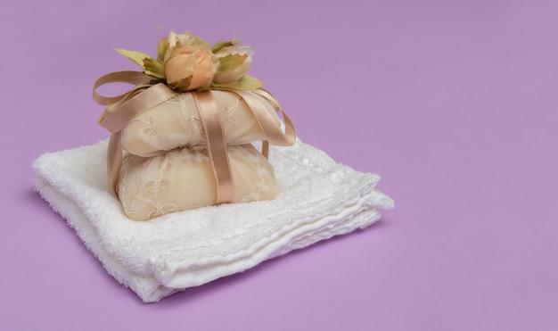 La bellezza ha impostato con sapone su una priorità bassa viola