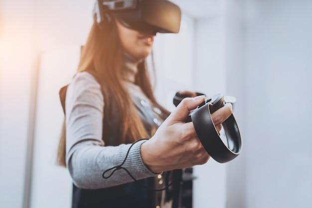 La bellissima ragazza che gioca con gli occhiali per la realtà virtuale