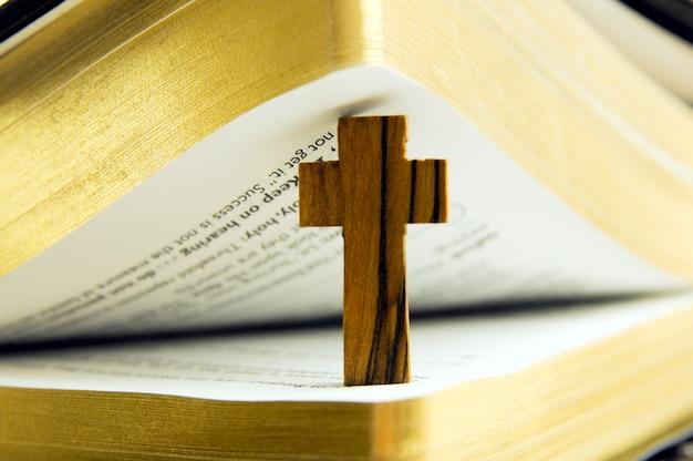 La bibbia e la croce