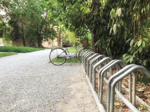 La bici è parcheggiata in un parco nel cortile di una casa di campagna