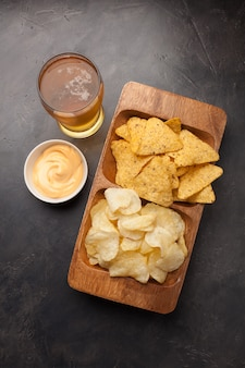 La birra con snack è patatine e nachos.