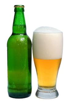 La birra è in bottiglia e bicchiere