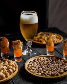 La birra è servita con fagioli e noci secche sul tavolo