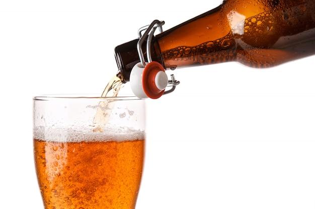 La birra si sta riversando in un bicchiere