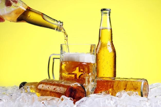 La birra sta versando nel bicchiere