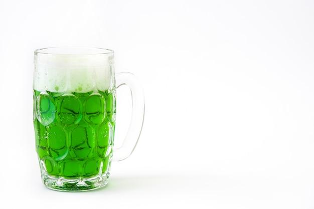 La birra verde tradizionale del giorno di st patrick ha isolato lo spazio della copia