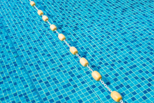 La boa di plastica galleggia nella piscina