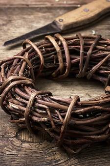 La bobina medicinale ha rotolato in bobina su fondo di legno.