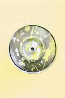 La bomboletta spray monouso per il disegno dei graffiti giace sul giallo