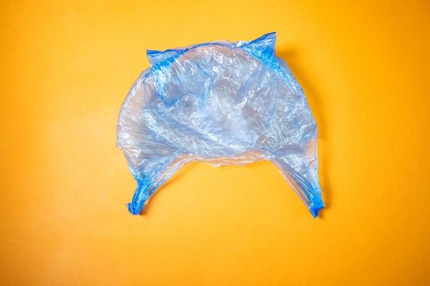La borsa in cellophane blu si trova su un'arancia brillante.