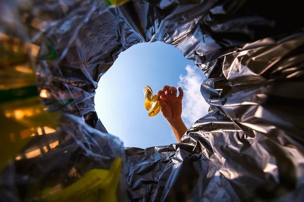 La buccia di banana è stata gettata nel sacco della spazzatura per lo smaltimento. guarda dall'interno del cestino.