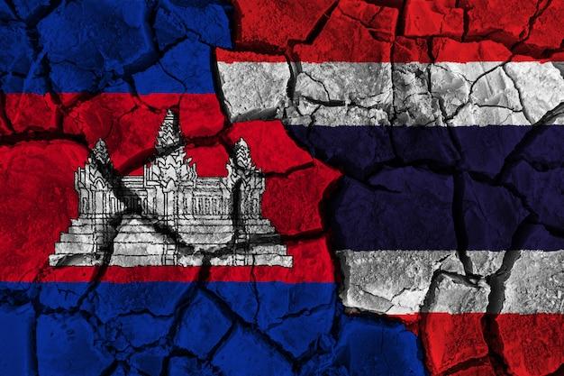 La cambogia contro la pittura della bandiera della tailandia incrinata