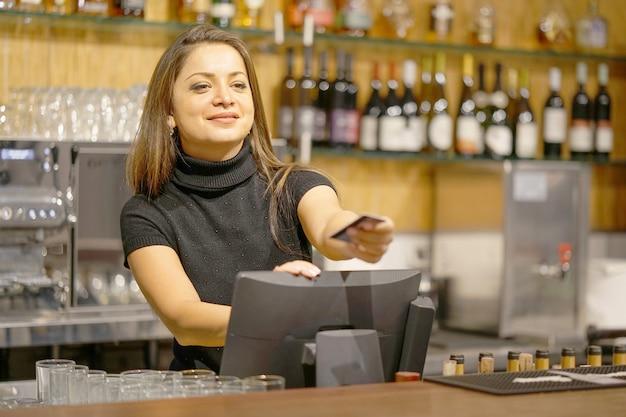 La cameriera al registratore di cassa