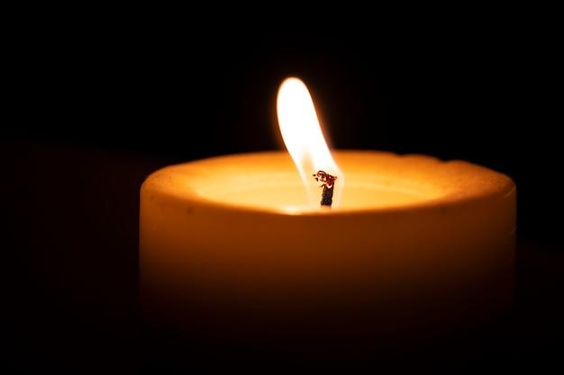 La candela brucia sul davanzale di una finestra