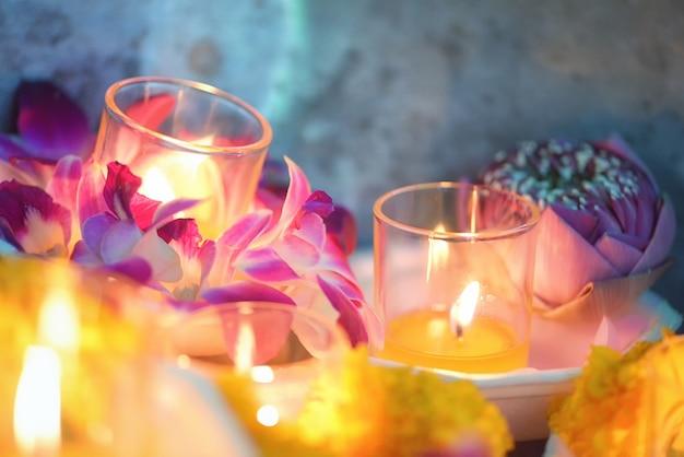 La candela ha acceso il fiore tailandese della cultura cammina nel giorno di asalha puja, il giorno di magha puja, il giorno di visakha puja