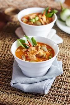 La carne di maiale al curry di melanzane con cibo tailandese piccante